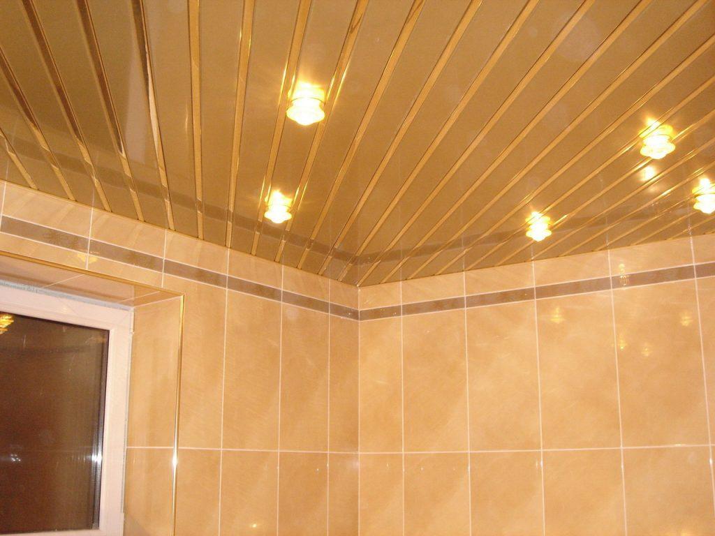 Реечный потолок для ванной комнате оранжевого тона