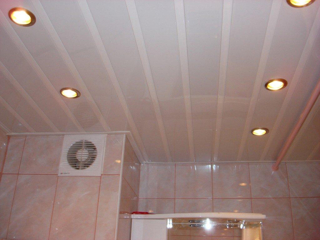 Ванная комната постельных тонов с реечным потолком