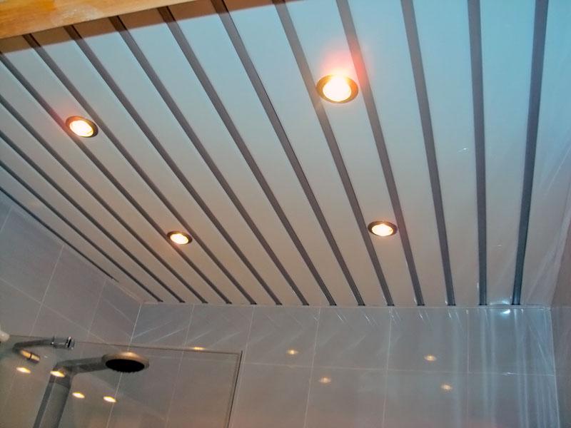 Дизайн реечного потолка белого цвета для ванной комнаты