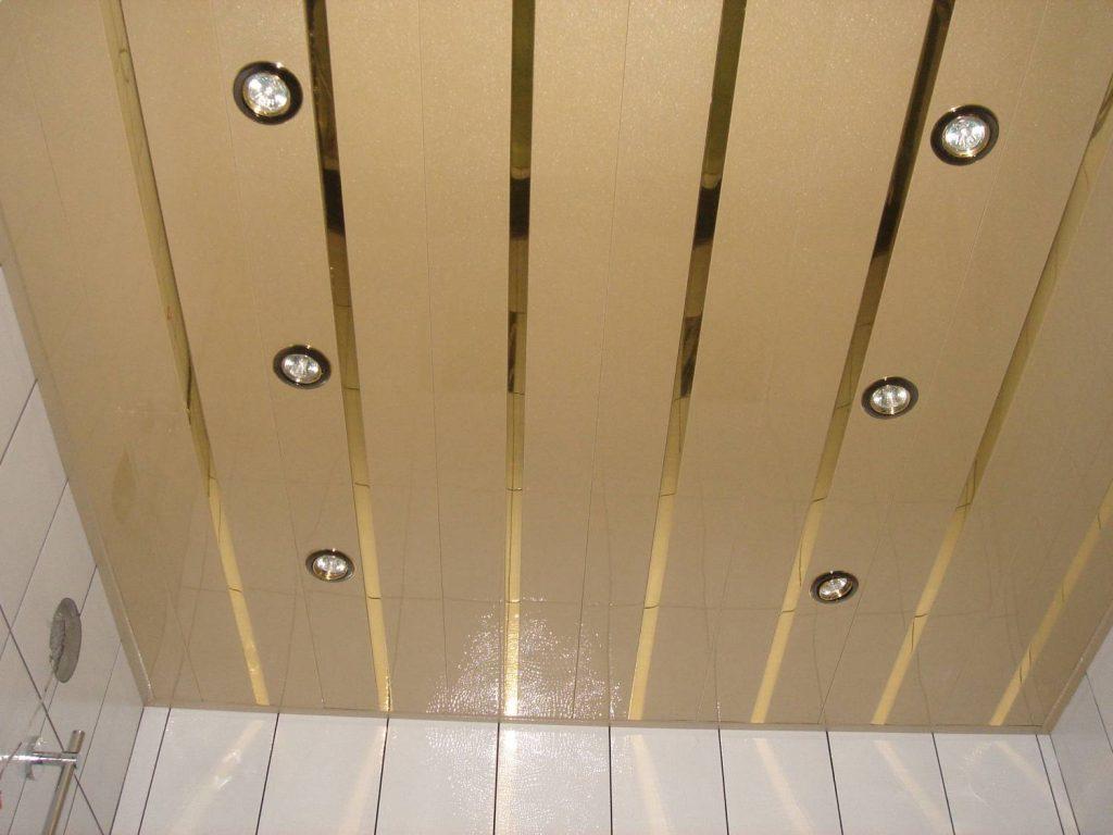 Фото реечного потолка для ванной комнаты с белыми стенами