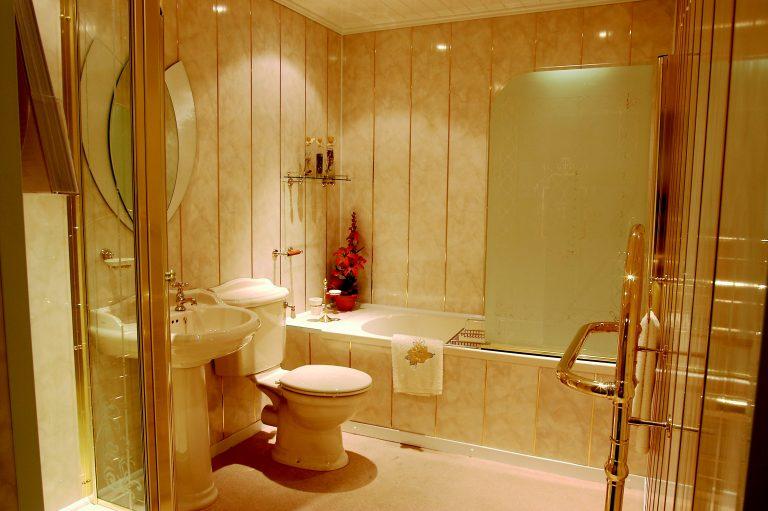 Ванная комната маленькой площади с голубыми пластиковыми панелями