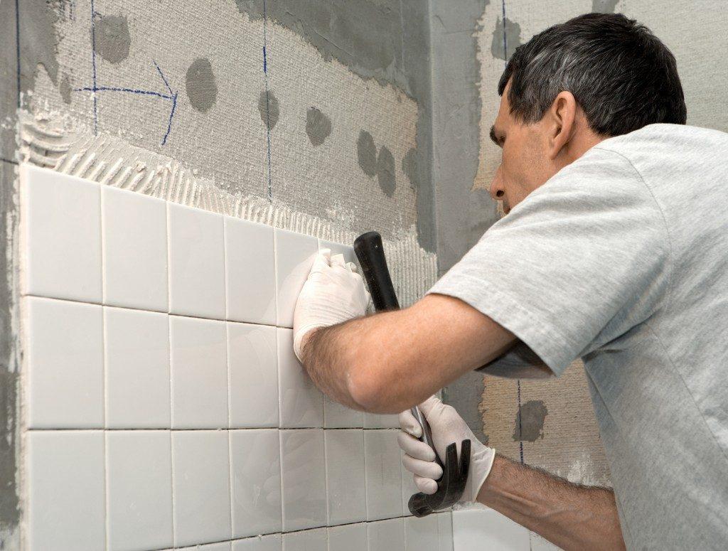 Ровная и качественная укладка плитки в ванной комнате своими руками