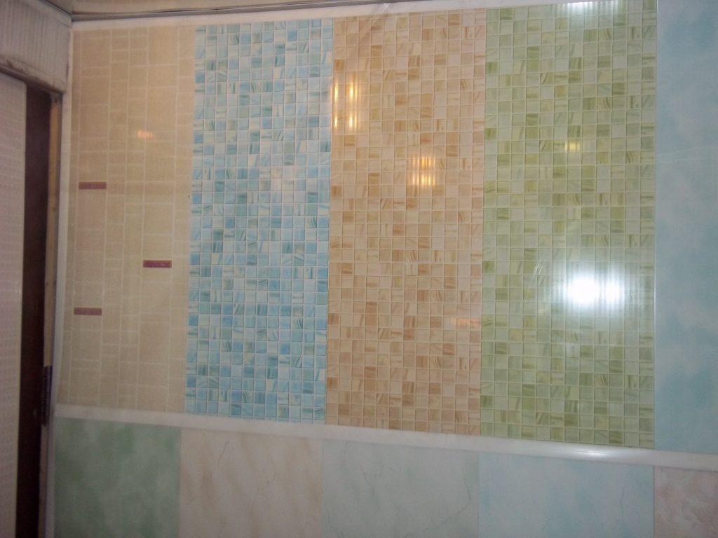Оригинальное сочетание пластиковых панелей разного цвета в ванной комнате