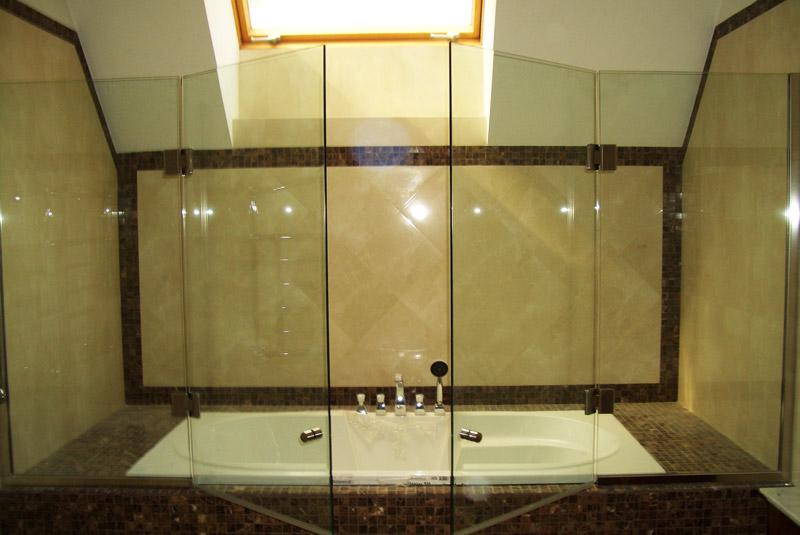 Выбор прозрачной шторки из черного стекла для стильной ванной комнаты