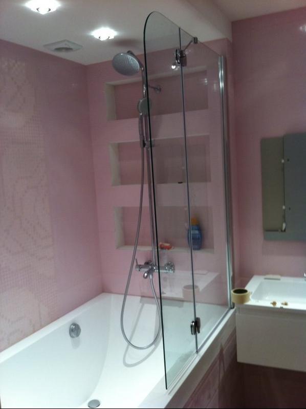 Выбор стеклянной шторки для ванной комнаты с минимальным декором