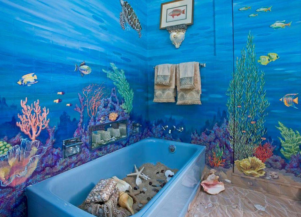 Дизайн ванной комнаты в виде аквариума с декором стеновыми панелями