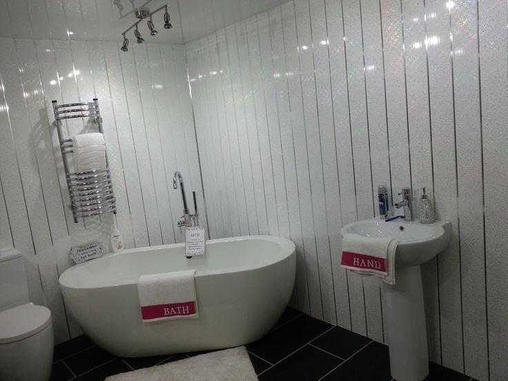 Использование панелей пвх для декора большой ванной комнаты