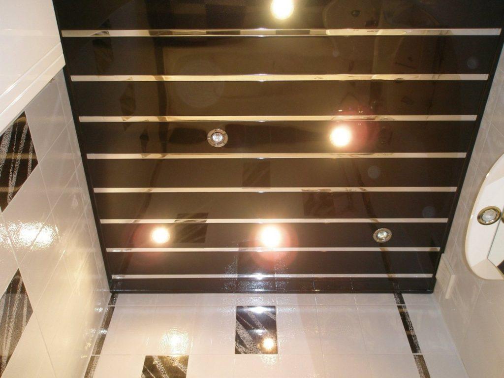 Темный реечный потолок как декор светлой ванной комнаты