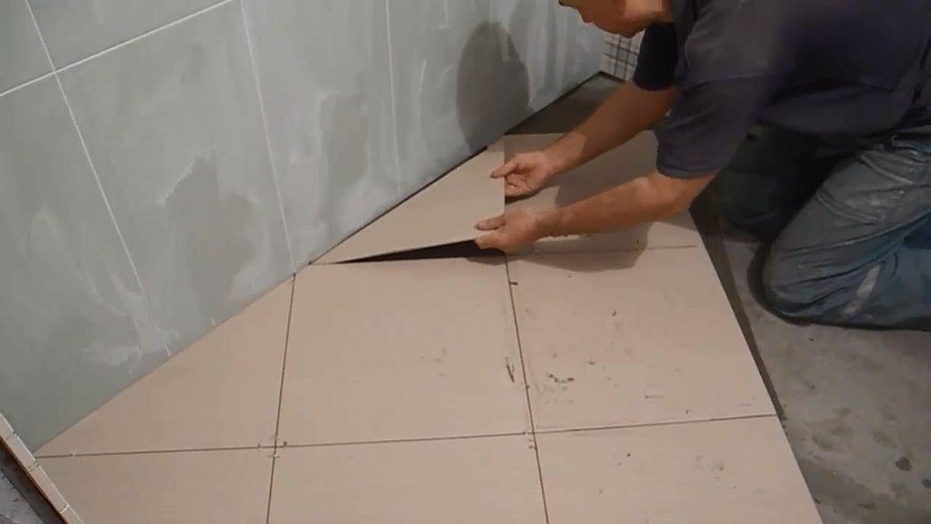 Укладка своими руками крупной плитки одного тона на полу с угла
