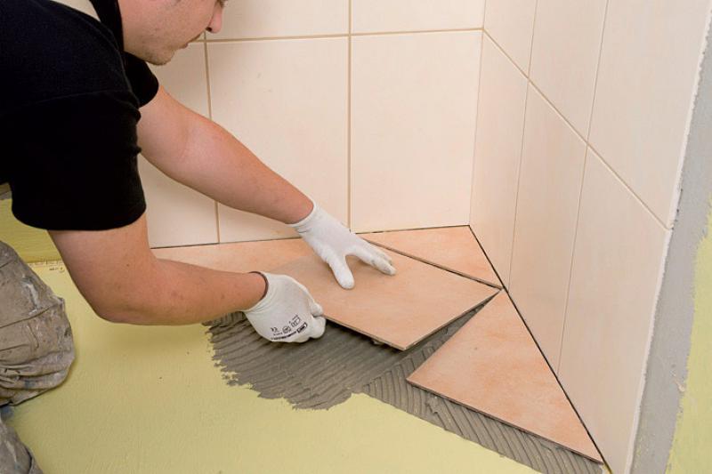 Укладка плитки на полу в ванной комнате