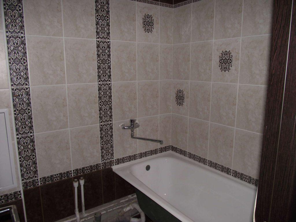 Укладка своими руками плитки с дизайнерским рисунком на стене в ванной комнате
