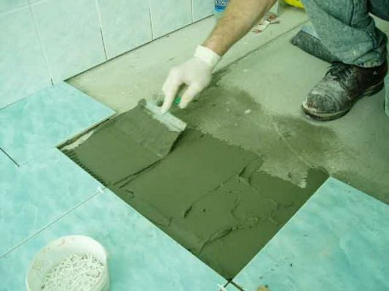 Укладка кафельной плитки одного цвета в ванной комнате