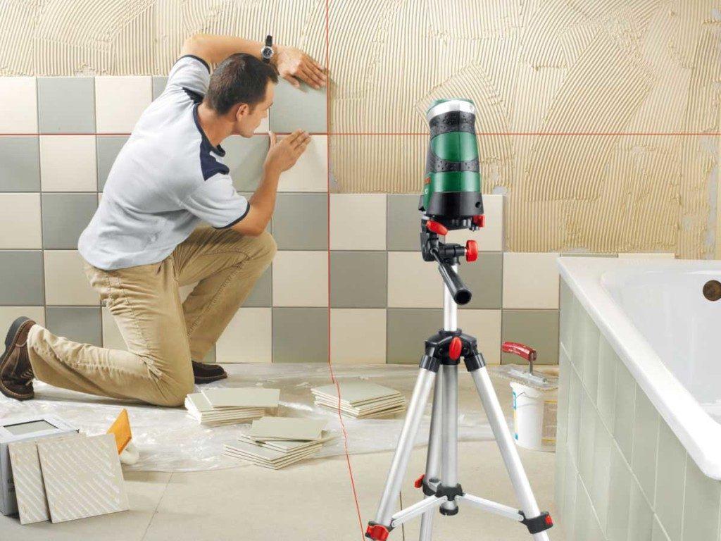 Укладка плитки в шахматном порядке на стене в ванной комнате своими руками