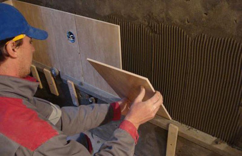 Укладка плитки в ванной комнате во время работы своими руками