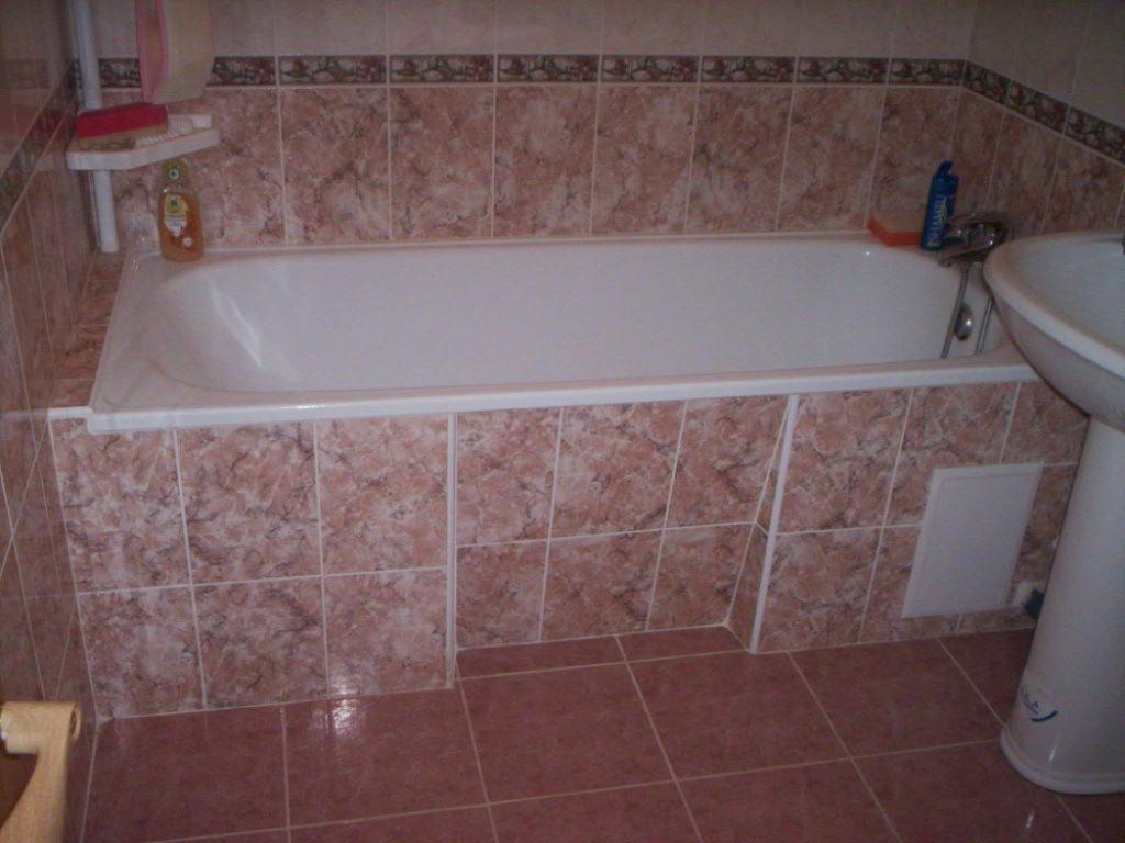 Вариант укладки плитки с мраморным рисунком в ванной комнате