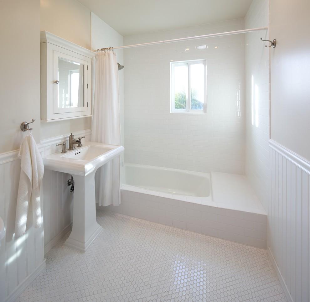 Фото ванной комнаты отделанная белыми пластиковыми панелями