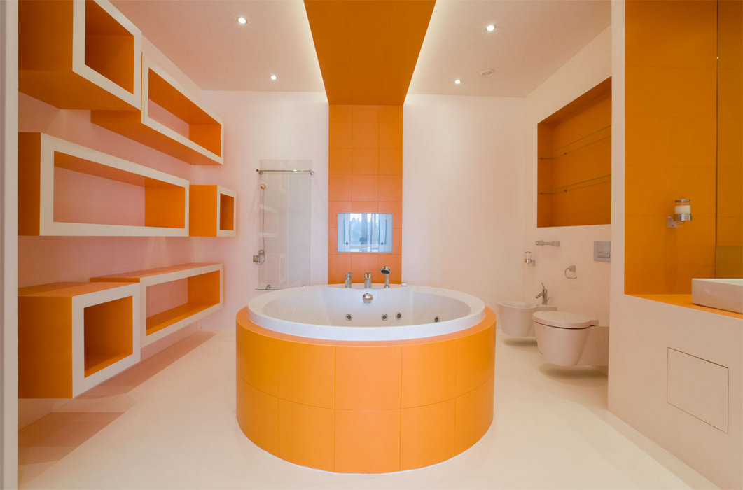 Ванная с оранжевой плиткой