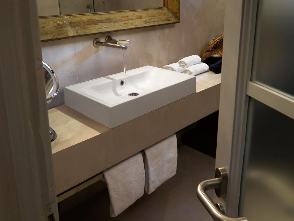 Белая накладная раковина для столешницы в ванную комнату