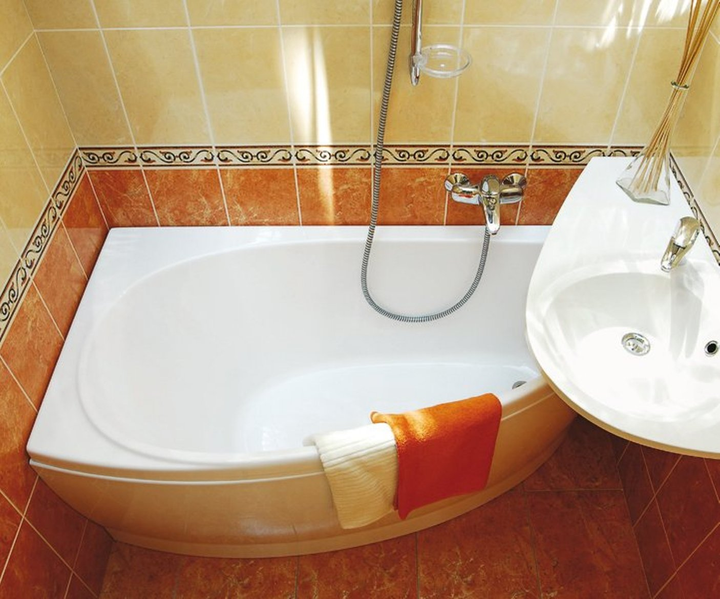 Фото дизайна для маленькой ванной комнаты в желтых тонах с классическим угловым расположением