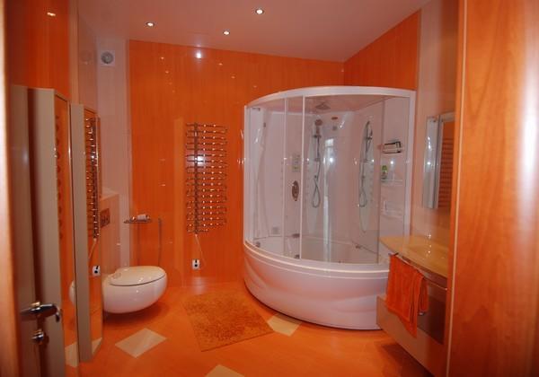 Ванная комната с туалетом в ярком оранжевом цвете после ремонта