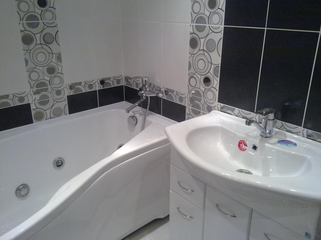 Фото ванной комнаты в черно-белых тонах с декором в виде рисунка