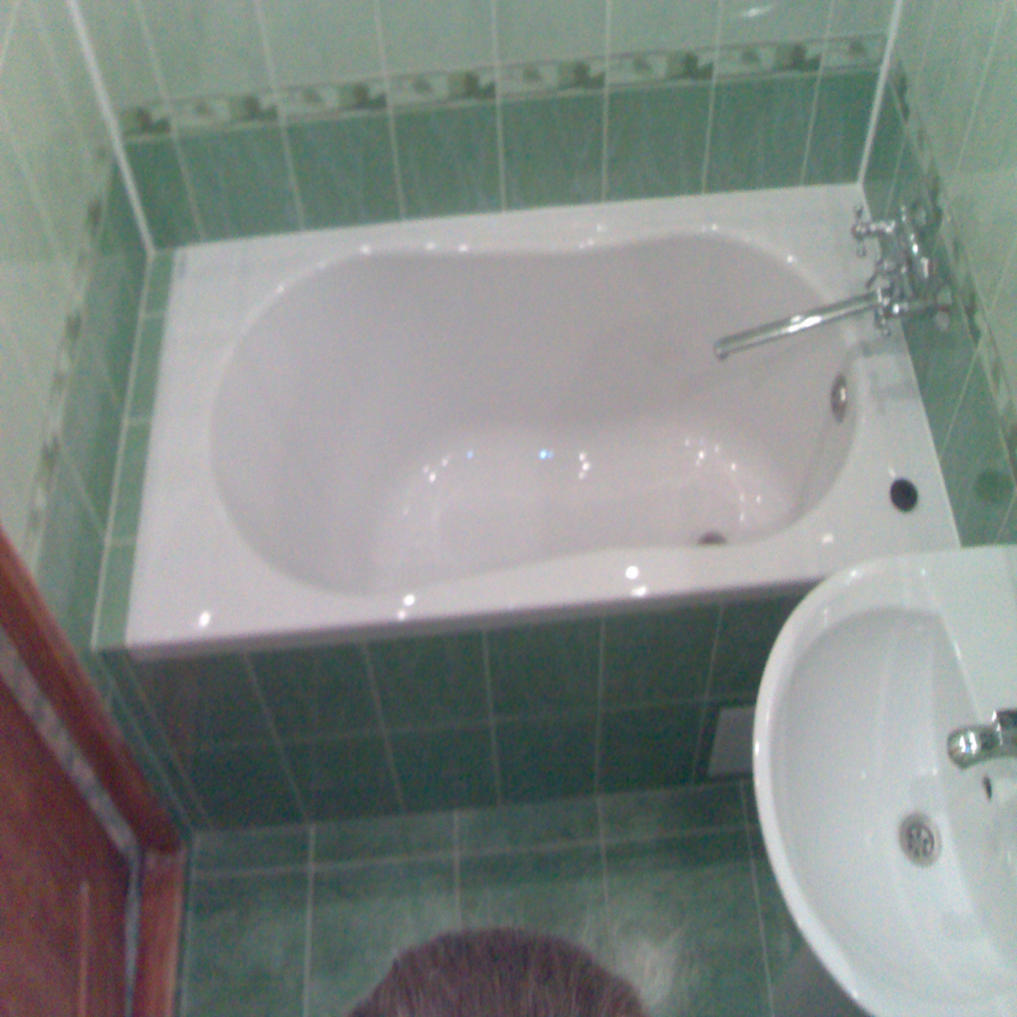 Дизайн оформления маленькой ванной комнаты с отделкой кафельной плиткой зеленого цвета
