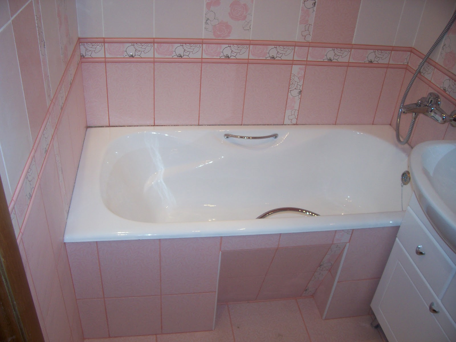 Малогабаритная ванная комната с совмещенным туалетом после ремонта