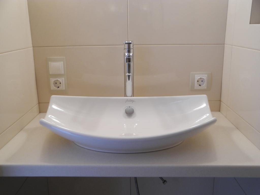Оригинальная накладная раковина на столешницу в стильную ванную комнату