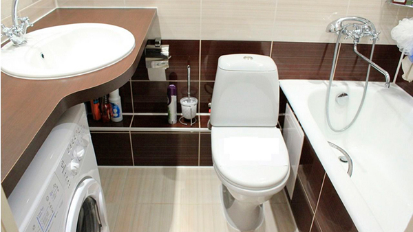 Маленькая ванная комната и туалет с минимальным декором