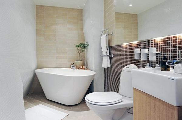 Фото малогабаритной ванной комнаты с угловой метровой ванной