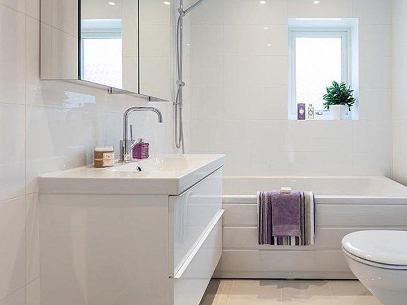 Фотография компактного расположения туалета в ванной комнате