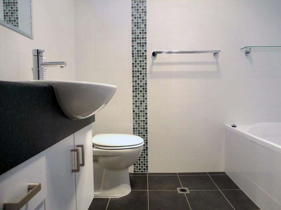 Фото ванной комнаты с туалетом в белом тоне