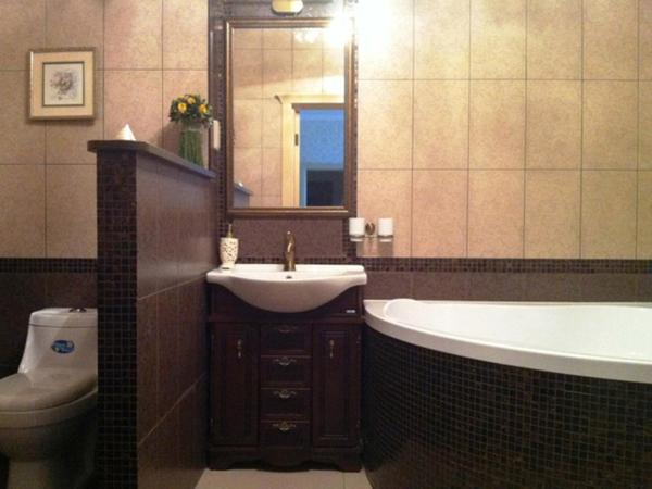 Туалет и ванная комната с отделкой в мраморном стиле