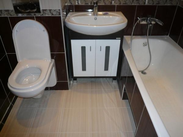 Небольшая ванная комната и туалет в строгих цветах