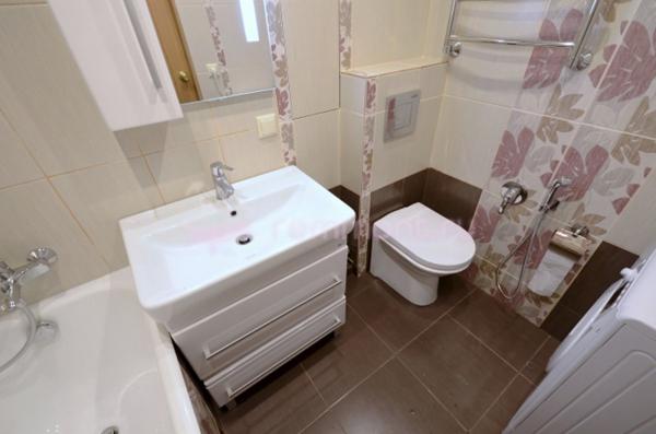 Ванная комната и туалет с теплым уютным интерьером