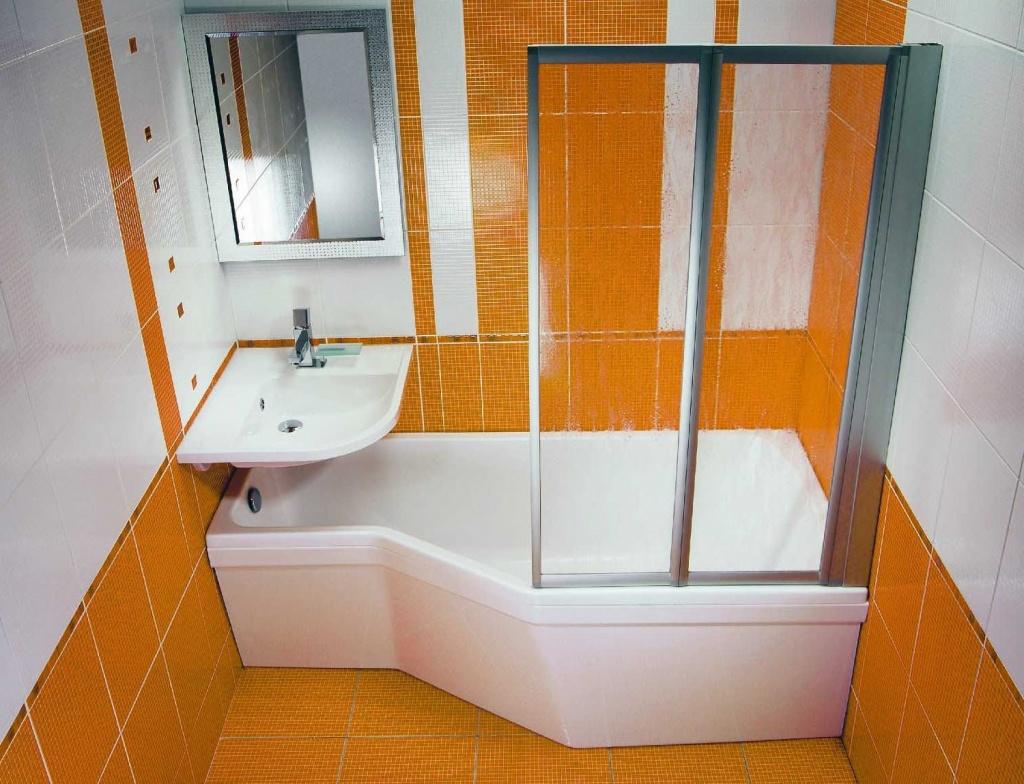 белая душевая в маленькой ванной комнате