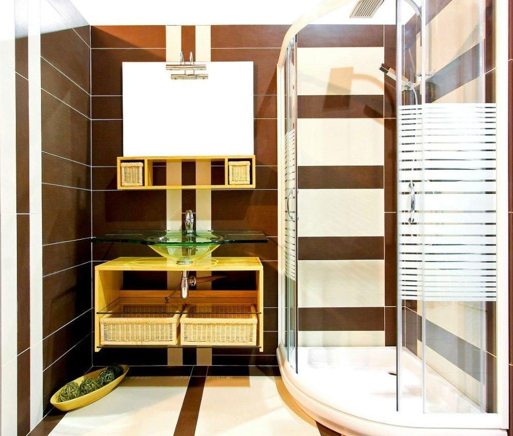 яркая душевая кабина в ванной