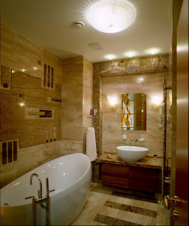 интерьер ванной душевой в квартире в ярком свете