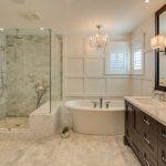 светлый интерьер ванной с люстрой
