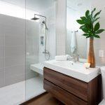 интерьер ванной в светлом цвете с вставками и натяжным потолком