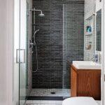 дизайн ванной в темном цвете с вставками и натяжным потолком