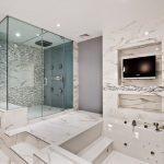 интерьер ванной в темных тонах со светом и картиной