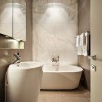 интерьер ванной в темных тонах с вставками и рисунком