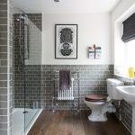 дизайн ванной в светлых тонах со светом и натяжным потолком