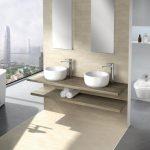 интерьер ванной в светлом цвете с вставками и картиной