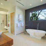 дизайн ванной в темных тонах со светом и натяжным потолком