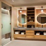 интерьер ванной в темном цвете со светом и натяжным потолком