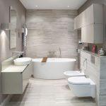интерьер ванной в светлых тонах со светом и рисунком