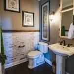 интерьер ванной в светлых тонах с вставками и рисунком
