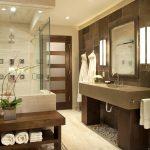 интерьер ванной в темных тонах с вставками и картиной